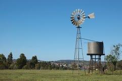 Molino de viento en prado Imagenes de archivo