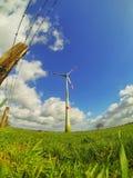 Molino de viento en prados Imagen de archivo