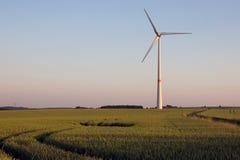 Molino de viento en puesta del sol Fotografía de archivo