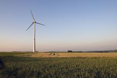 Molino de viento en puesta del sol Imagenes de archivo