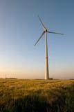 Molino de viento en puesta del sol Fotos de archivo