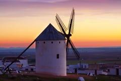 Molino de viento en tiempo de la salida del sol Campo de Criptana Fotografía de archivo