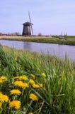 Molino de viento en un canal de Países Bajos Foto de archivo
