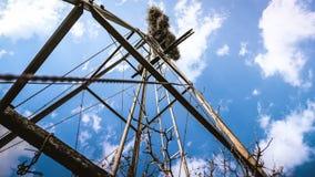 Molino de viento, en un cielo azul fotos de archivo