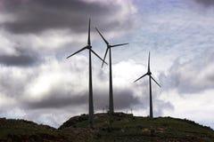 Molino de viento en una colina fotos de archivo