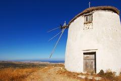 Molino de viento en una colina en Grecia Fotografía de archivo