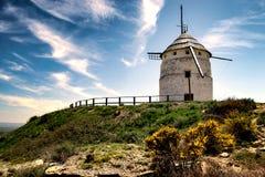 Molino de viento en una colina en España Teruel, fotografía de archivo libre de regalías