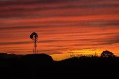 Molino de viento en una puesta del sol de Arizona Imágenes de archivo libres de regalías