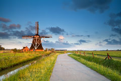 Molino de viento encantador en sol de la mañana imagen de archivo libre de regalías