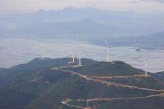 Molino de viento enorme, aventadora, arovane, en el top de la montaña imagenes de archivo