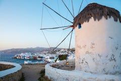 Molino de viento famoso en la puesta del sol, Grecia de Mykonos Foto de archivo