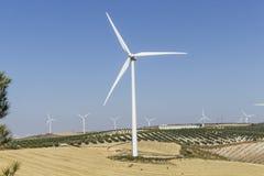 Molino de viento grande en el primero plano Foto de archivo
