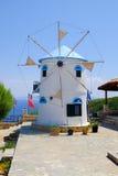 Molino de viento griego tradicional en los acantilados de Zakynthos fotos de archivo libres de regalías