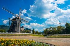 Molino de viento hermoso Foto de archivo libre de regalías