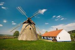 Molino de viento histórico en el campo checo, Kuzelov Foto de archivo libre de regalías