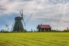 Molino de viento histórico viejo en la puesta del sol Imagen de archivo