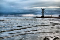 Molino de viento histórico Stawa Mlyny, Swinoujscie, Polonia del faro Imagenes de archivo