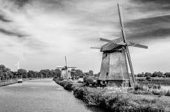 Molino de viento holandés blanco y negro Imagen de archivo libre de regalías