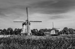 Molino de viento holandés blanco y negro Fotografía de archivo