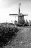 Molino de viento holandés blanco y negro Imagen de archivo