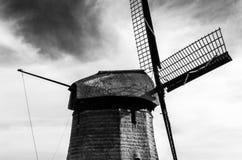 Molino de viento holandés blanco y negro Imagenes de archivo