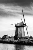 Molino de viento holandés blanco y negro Fotos de archivo