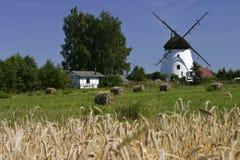 Molino de viento holandés en campo polaco Foto de archivo