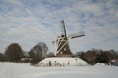 Molino de viento holandés en el invierno imagenes de archivo