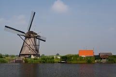 Molino de viento holandés en un canal Imagen de archivo libre de regalías