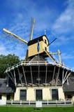Molino de viento holandés pintoresco a lo largo del canal cerca de Weesp imágenes de archivo libres de regalías