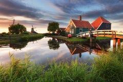 Molino de viento holandés, schans de Zaanse - Zaandam, cerca de Amsterdam Foto de archivo libre de regalías