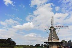 Molino de viento holandés típico de la harina cerca de Veldhoven, Brabante Septentrional Imagenes de archivo