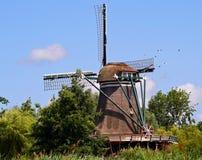 Molino de viento holandés tradicional cerca de Leiden Imagenes de archivo