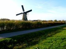 Molino de viento holandés tradicional cerca del canal netherlands Fotos de archivo libres de regalías