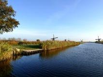 Molino de viento holandés tradicional cerca del canal netherlands Foto de archivo