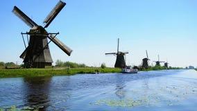 Molino de viento holand?s sobre las aguas de r?o metrajes