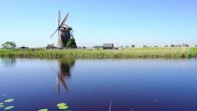Molino de viento holand?s sobre las aguas de r?o almacen de metraje de vídeo