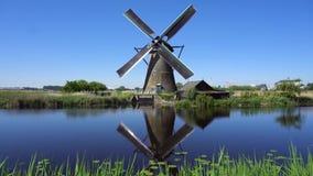 Molino de viento holand?s sobre las aguas de r?o almacen de video