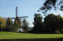 Molino de viento holandés en colores del otoño Foto de archivo libre de regalías