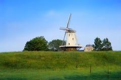 Molino de viento holandés viejo en un dique. Imágenes de archivo libres de regalías
