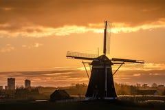 Molino de viento de la herencia de la UNESCO y la salida del sol foto de archivo libre de regalías