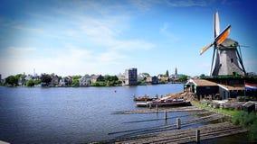 Molino de viento a lo largo del agua, Holanda, los Países Bajos Foto de archivo libre de regalías