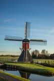 Molino de viento a lo largo del lado un canal Imagenes de archivo