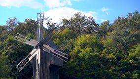 Molino de viento de madera viejo en arbolado almacen de metraje de vídeo