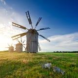 Molino de viento medieval de la torre en el campo Imagen de archivo
