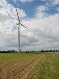 Molino de viento nuevamente construido entre los campos con maíz Imagenes de archivo