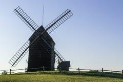 Molino de viento polaco viejo en Lednogora Fotografía de archivo