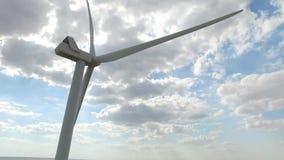 Molino de viento produciendo electricidad del viento en el fondo a menos que el cielo sea la visión inferior Encuesta aérea Cierr almacen de video