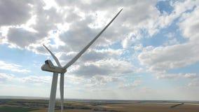 Molino de viento produciendo electricidad del viento en el horizonte a menos que vista lateral de las estepas Encuesta aérea Cier almacen de metraje de vídeo