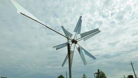 Molino de viento que hace girar contra el cielo almacen de metraje de vídeo